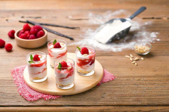 Glaasjes met crème van Ricotta en een coulis van frambozen - Galbani