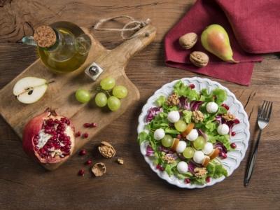 Salade composée à la Mozzarella, aux raisins et à la grenade - Galbani