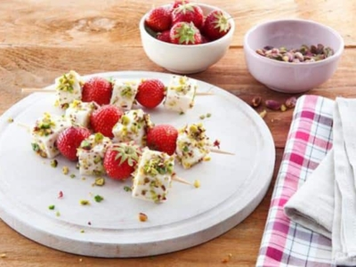 Spiesjes van Mozzarella met aardbeien en pistacheschilfers - Galbani